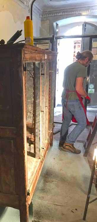 Restauro mobile in legno fine 800